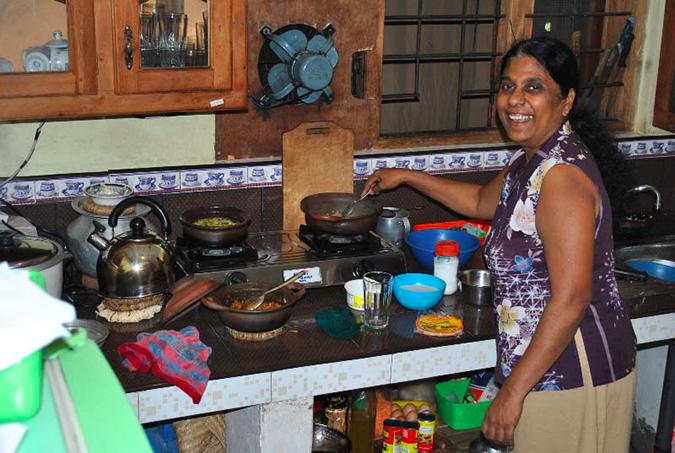08-geetha-wickramarachchi-making-dinner